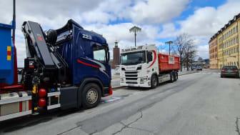 En lastbil från Foria och en från Turebergs Transport möts på Riddarholmen.