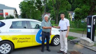 Bayernwerk-Kommunalbetreuer Burkhard Butz (r.) übergibt den Schlüssel eines Renault Zoé aus dem Bayernwerk-Fuhrpark an Waischenfelds Ersten Bürgermeister Edmund Pirkelmann (l.).