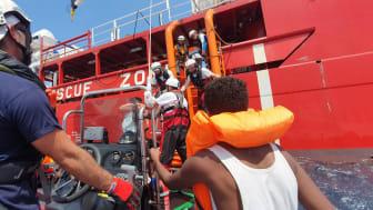 Människor som undats på Medelhavet får hjälp ombord på fartyget Ocean Viking. Foto: Hannah Wallace Bowman/Läkare Utan Gränser