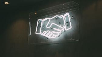 Die Kooperation von BSI und SIGNAL IDUNA erleichtert die bedarfsorientierte Kundenbetreuung. Foto: Charles Deluvio/unsplash.com
