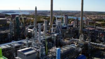 Preems raffinaderi i Lysekil har kapacitet att raffinera 11,4 miljoner ton råolja. Här produceras idag cirka 160 000 kubikmeter HVO-diesel och biobensin. Kapaciteten ska öka till 200 000 kubikmeter under 2019. Foto: Rustan Olsson.