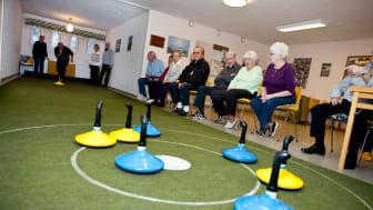 Inomhuscurling är en uppskattad aktivitet i gemensamhetslokalen. Bilden är från Poseidons trygghetsboende på Stackmolnsgatan.