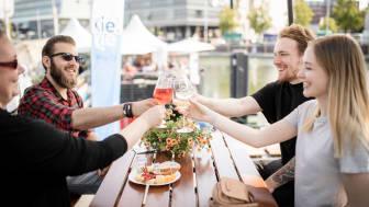 Mit Freunden den Tag am Bootshafen genießen - bei gutem Wein und kräftigem Käse