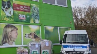 """Übergabe der Spendenpaletten der Initiative """"Tierisch engagiert"""" in Nürnberg -Foto: privat"""