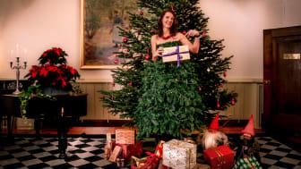 Hjälpa att hjälpa  Även i år kan alla som vill sprida extra julglädje lämna julklappar till behövande barn under våra julgranar i herrgården.