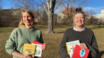 Malin Magnusson Barle, bibliotekskonsulent och Ulrika Nygren, vårdutvecklare på barnhälsovårdsenheten.