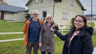 Ivar og Gro Becher ga husnøklene til administrasjonsleder Katarina Ballari i Eidos Eiendomsutvikling AS denne uken.