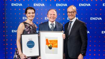 Prisvinner Tor Olsen i AF Energi & Miljøteknikk flankert av markedssjef Gunnel Fottland og administrerende direktør Nils Kristian Nakstad i Enova (Foto: Kilian Munch/Enova)