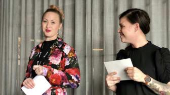 Restaurangchef Ida Ström och kökschef Elvira Lindqvist från Stellas arbetsgrupp presenterar årets nominerade.. Foto: Anna Lind Lewin.