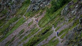 Löparna på väg upp genom den spektakulära passagen i Dromskåran.  Foto Johannes Poignant