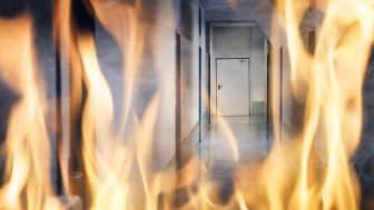 I tillegg til tidlig brannvarsling, er det viktig at bygningene våre tilfredsstiller brannkravene. Hvert år omkommer flere mennesker i bygningsbranner. Foto: Shutterstock