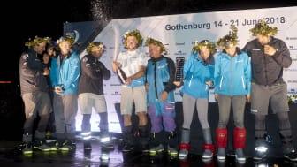 Team AkzoNobel firar att man anlände Göteborg som tredje båt!