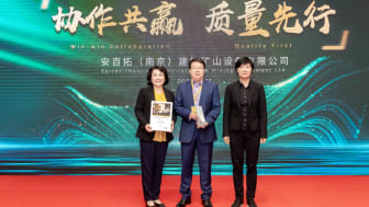 Lydia Ma, (left), Head of Human Resources, and Stephen Qu, Industry Regional Sales Director from Cavotec China, Shanghai, receiving the Excellent Supplier Award from Mandy Che, General Manager at Epiroc.
