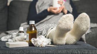 Nordmenn har blitt flinkere til å kjøpe inn og fylle opp medisinskapet slik at de har det de trenger tilgjengelig når uhellet er ute, ifølge Komplett Apotek.