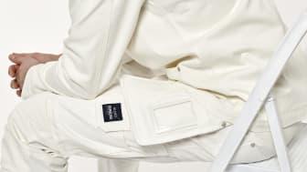 Målarjackan, en älskad klassiker i nytappning, är i skön komfortstretch vilket ger den bekväma rörligheten. På byxorna har man lagt ett stort fokus på att designa välfungerande och rymliga fickor.