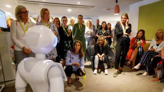 Pepper presenteras för kollegorna på TUI
