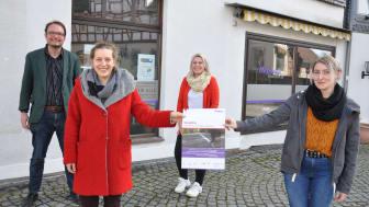 Hilft beim ersten Schritt raus aus der Abhängigkeit: Das Team von Step One am Marktplatz von Treysa mit (von links) Rasmus Terörde, Anna Roth, Maya-Leonie Lipphardt und Jennifer Greve.