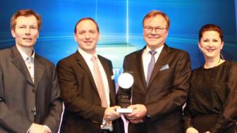 Freuen sich über die Auszeichnung: Claus Sendelbach, Geschäftsführer apoAsset, (2. v. r.) und Andreas Dittmer, Abteilungsdirektor apoAsset, (2. v. l.) mit Jury-Mitglied Ingo Narat und Moderatorin Jessica Schwarzer (beide Handelsblatt)