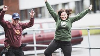 Vaktmester Trond Pedersen og campussjef Stina Kuivalainen er hoppende glad for at B-blokka nå er innflytningsklar