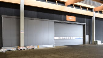 Stark har opført nyt distributionscenter på hele 29.000 kvadratmeter uden for Aarhus. Til byggeriet har Lindab leveret en komplet portløsning bestående af i alt 22 porte.