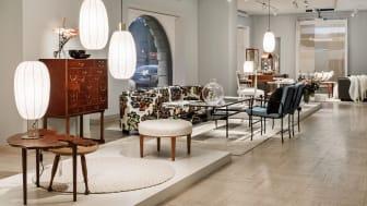 Interiörbild från utställningen Historisk och Samtida Design med nya produkter från Michael Anastassiades, Per Öberg och Marianne Andersen samt en nylansering av Björn Trägårdh.