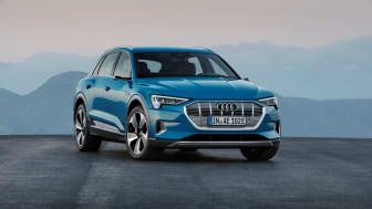 Audi e-tron (Antigua blue) front, statisk