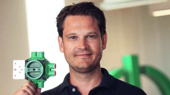 Eivind Løkken, Offer Manager i Schneider Electric, presenterer den nye serien Multifix veggbokser.