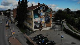 Poliisiaseman seinää koristava Leon Keerin muraali toteutettiin osana UPEA18-taidefestivaalia. Kuva: Sami Nurmi