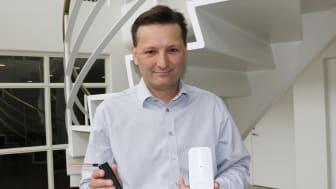 Martin Løbel, CEO, Tercom A/S medLoRaWAN sensorer. Her er det til GPS tracking (tv)og miljøovervågning (th)