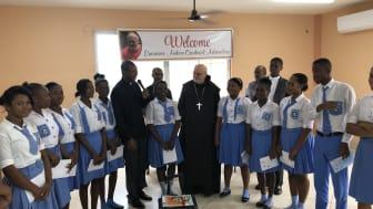 Kardinal Arborelius besöker skolelever på Haiti