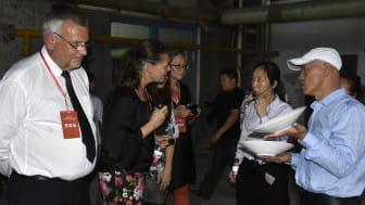 Keramikdesigner Mikaela Willers diskuterar samarbete med representanter från keramikföretag i Zibo, Kina. Sture Ericsson från Dalarna Science Park