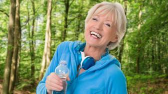 Sportliche ältere Dame im blauen Sweater.jpg