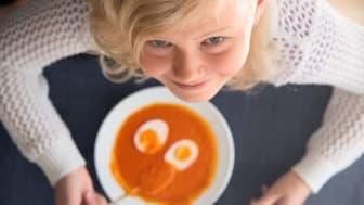 Barneskolelærer Siri Johnsen oppfordrer foreldre til å ta med barna i matlagingen