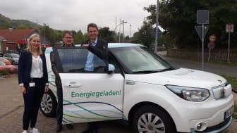 Leonie Riekschnitz, Kommunalreferentin Westfalen Weser Netz, übergibt den Elektrowagen an Bürgermeister Clemens Pommerening (r.) und Peter Gehrke.