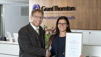 Grant Thorntons vd Anna Johnson tar emot utmärkelsen från Kristian Sundberg, vd för Eastbrook, som står bakom Finansbarometern.