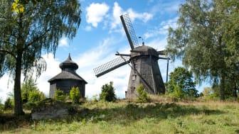 Väderkvarnen vid Julita gård uppfördes 1855 och är av holländsk typ med vridbar hätta. Foto: Nordiska museet.