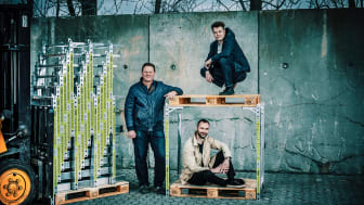 """Løsningen udnytter den tomme luft i lastbiler og sparer både plads, penge og CO2. SpaceInvader partners: Fra venstre, Steen Frederiksen - CEO, """"toppalle"""": Jesper Rølund - Founder SpaceInvader, """"bundpalle"""": Mads Klie-Holde - """"Operations""""."""