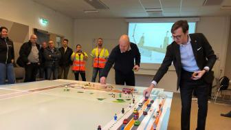 Alexander Torin (M), kommunalråd, och Henrik Lander(C), ordförande i teknik- och fastighetsnämnden, flyttade bilarna från Hamngatan till Vikenförbindelsen under pressträffen.