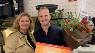 Anna-Karin Thörne från Circle K lämnar över priset Årets Produkt 2020 till Jesper Weslien på Löfbergs.