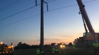 Halv fem på morgonen den 7 juni 2018. Längs väg 107, väster om Åstorp, reses sakta den 18 ton tunga ledningsstolpe som kvällen innan körts ner av en lastbil.  Arbetet underlättades av ett bra samarbete mellan Öresundskraft, Eon och One Nordic.