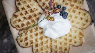 Våffla med blåbär och grädde. Foto: Anna Holm, Visit Dalarna