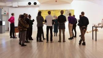 Skolklass besöker utställningen Migration på Malmö Konstmuseum, 2019