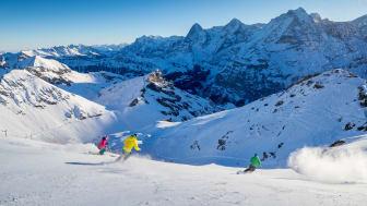 Skifahrer auf der Schilthornpiste vor Eiger, Mönch und Jungfrau