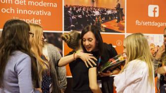 Maria Wiman kramar en av sina elever