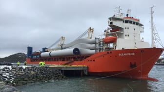 Første skip med komponenter til Roan vindpark ved Monstad kai på Fosen
