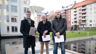 Från vänster: Magnus Carlson och Leif Carlsson från Husherren Fastigheter samt Jonas Kjellander från Sweco. Foto: Örebro kommun.