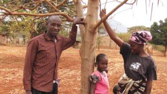 Justice och Esther med sina syskonbarn Mueni, Mutheu, Mwendwa, Mwikali och Mwende vid deras Moringaträd