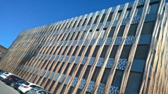 An der Südfassade des ZÜBLIN-Gebäudes Z3 in Stuttgart demonstriert das Forschungsprojekt Construct-PV das multifunktionale Potenzial größenvariabler Photovoltaikmodule für die Gebäudehülle. Copyright: Ed. Züblin AG