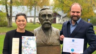 Linn Heed och Pelle Agorelius från Hallbars Research Institute firade framgången för LVMH hållbarhetsrapport med Alfred Nobel och Moet champagne. Foto: Anneli Lyckeborn.