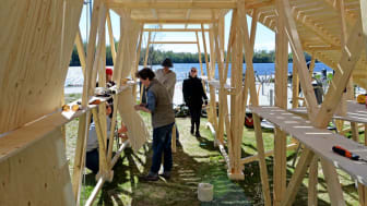 Studenter i årskurs 1 bygger upp en fullstor paviljong. Foto: Johannes Samuelsson